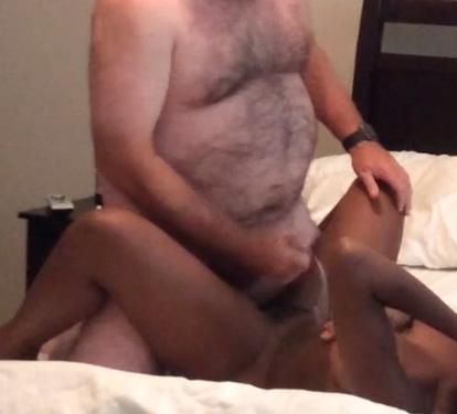 Волосатый толстяк ебет негритянку