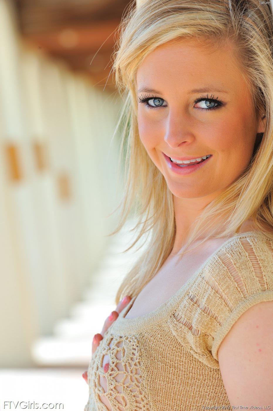 Ангельски красивая блондинка Tatum Woods в короткой юбке решила показать свою бритую киску с пухлыми губами