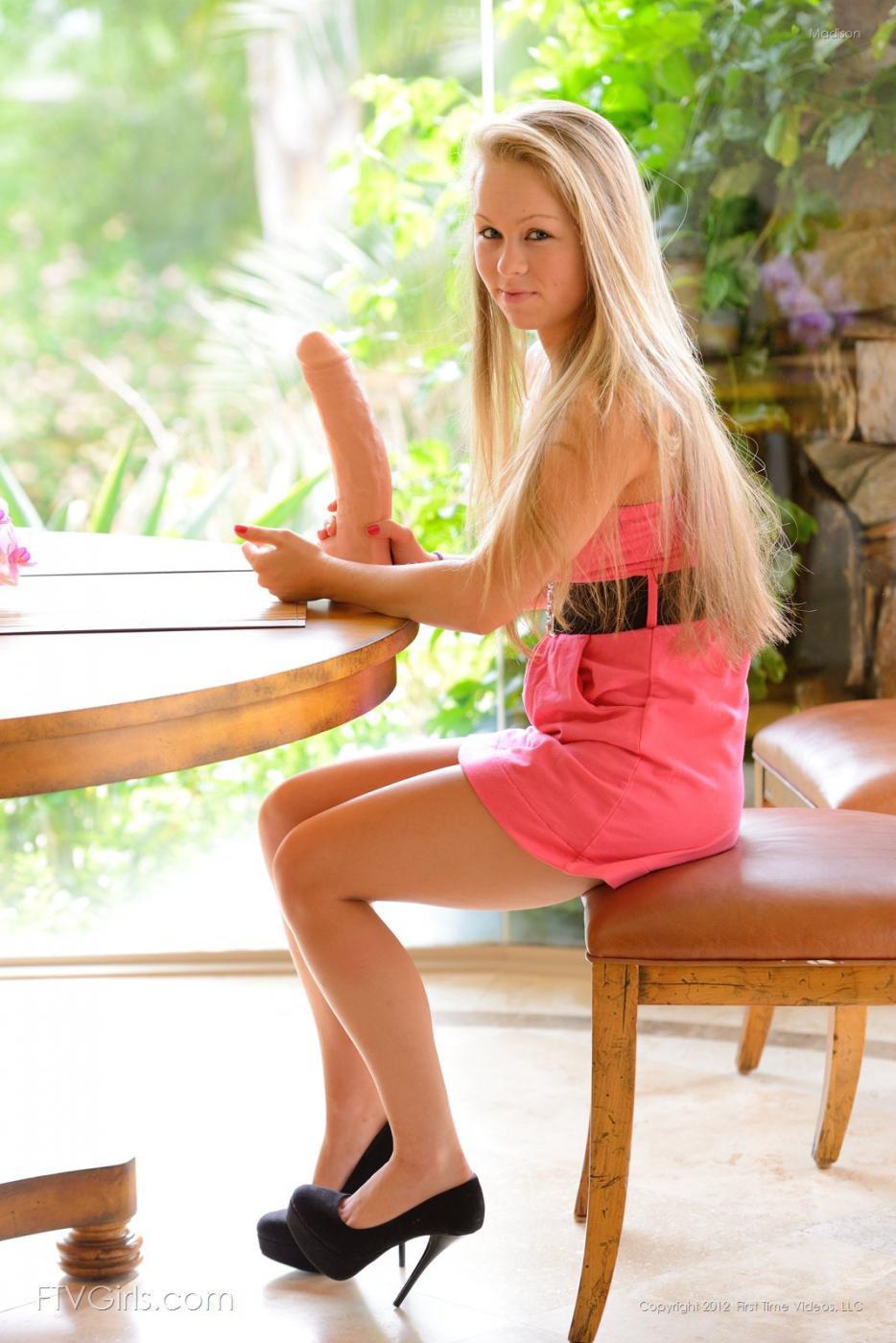 Блондинка Madison показывает крупным планом свою чистую киску и классные сосочки