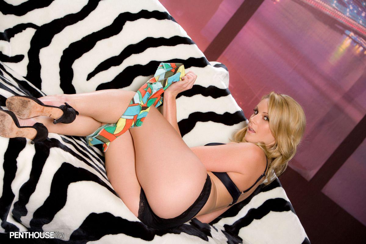 Блондинка с аккуратной киской Samantha Ryan снимает свое черное белье на диване