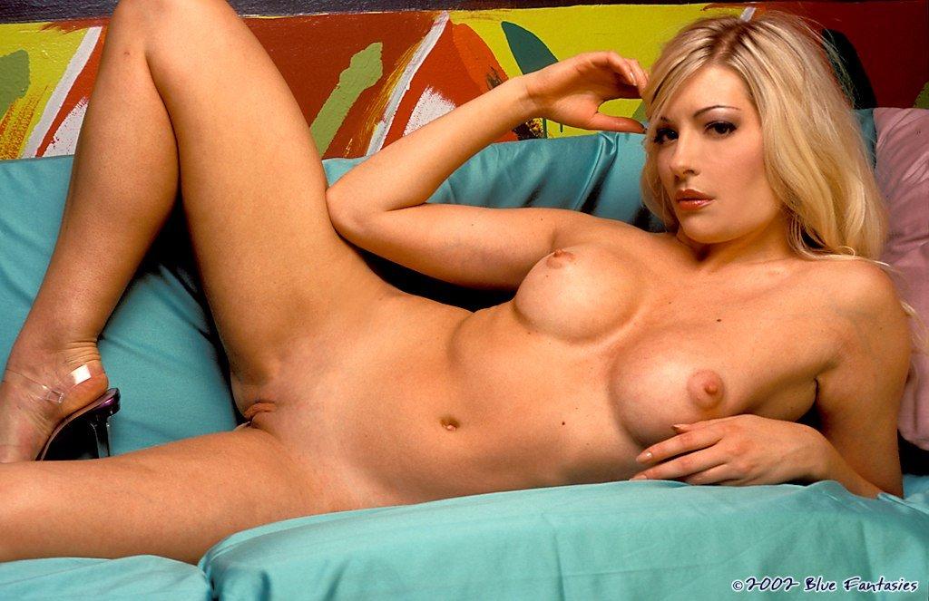 Блондинка с круглыми сиськами Laurie Wallace кладет ручку на свою шелковистую гладкую киску