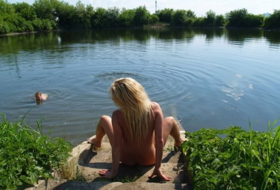 Блондинка уселась на ступеньки и широко распахнула пизду