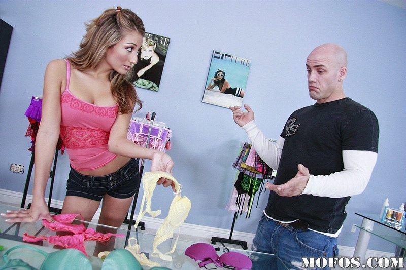 Дерзкая молодая блондинка Natalia Rossi решила отсосать и потрахаться в магазине одежды