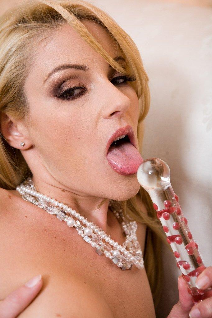 Горячая мамочка-блондинка Samantha Ryan устраивает возбужденный трах себя дилдо