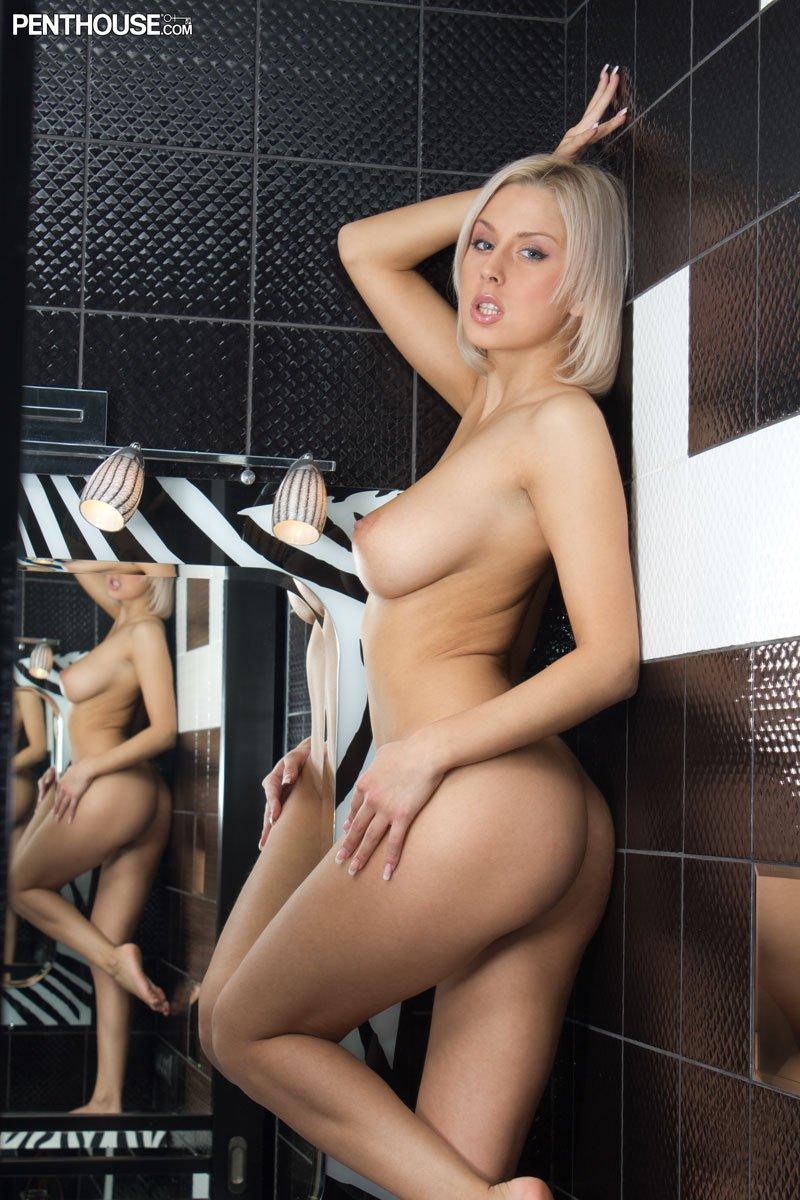 Грудастая блондинка Mandy Dee трет сою идеально выбритую киску перед зеркалом