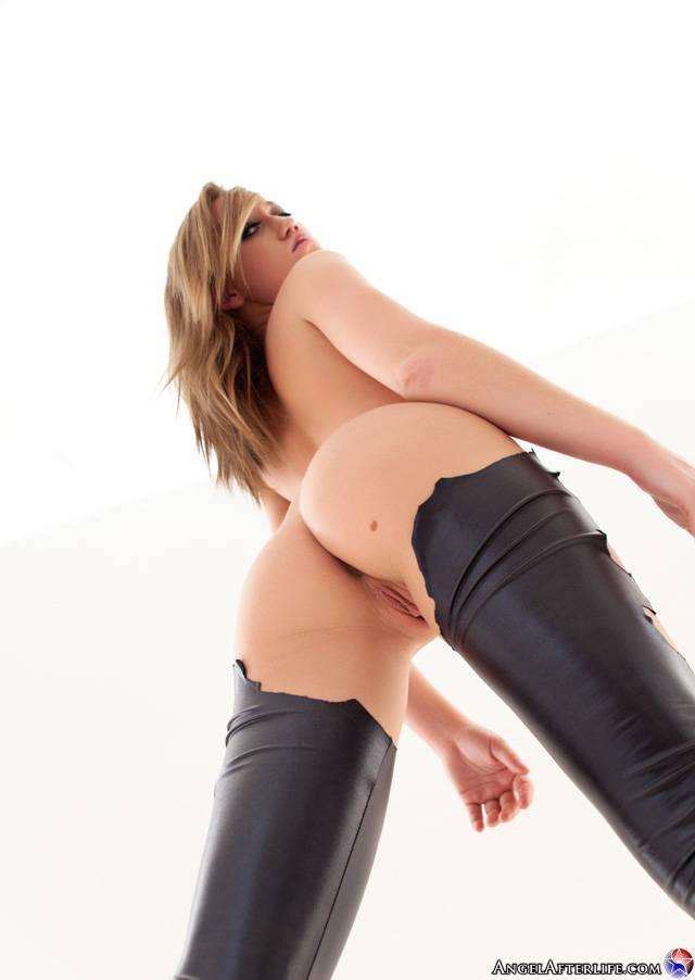 Грудастая блондинка в латексных штанах Madison Scott раздевается и ласкает горячее обнаженное тело
