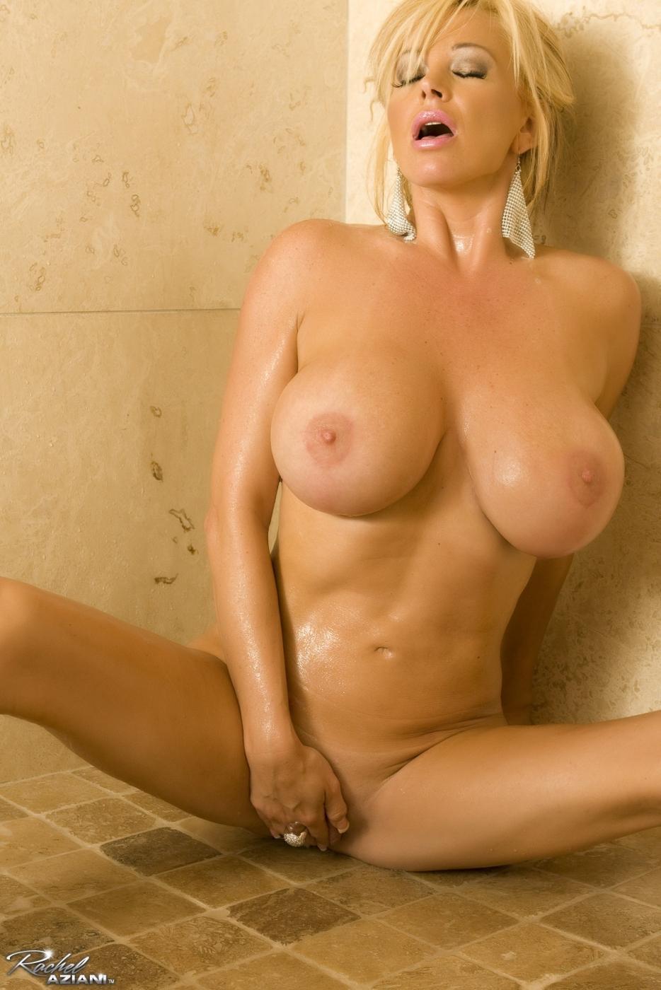 Идеальная блондинка Rachel Aziani моет свою невероятную грудь и трахается с самотыком
