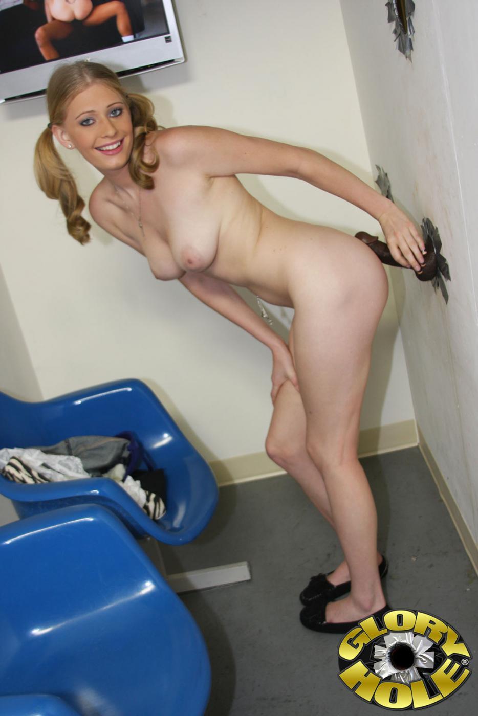 Молодая блондинка Allie James играет с членом из дыры в стене, доведя его до оргазма