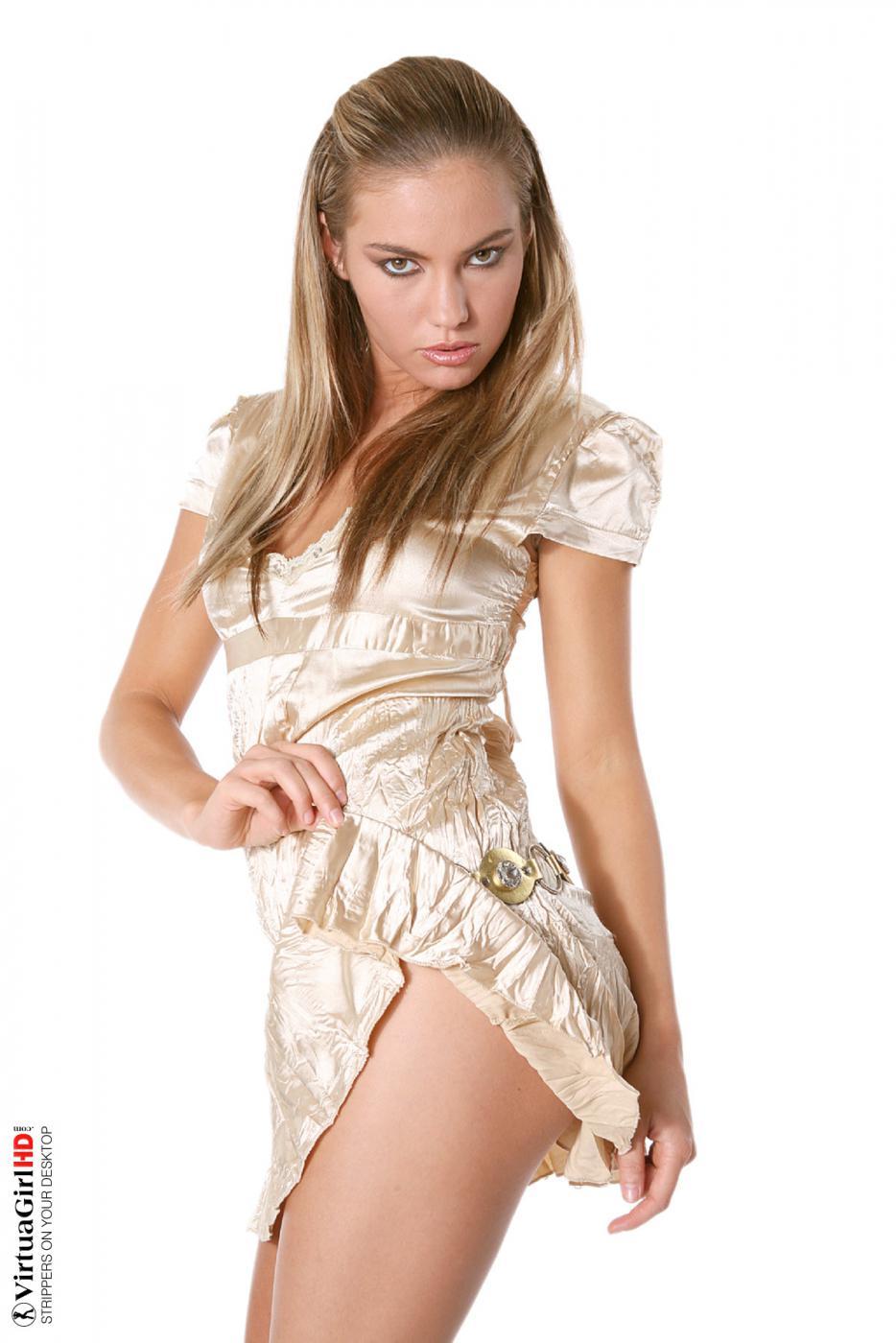 Негодная блондинка Veronika Fasterova раздевается, позволяя тебе насладиться каждым сантиметром обнаженного тела