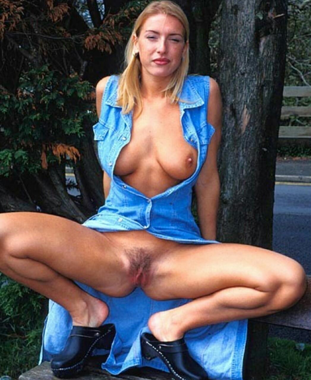 Сексапильная блондинка из Уэльса показывает пизду в разных местах