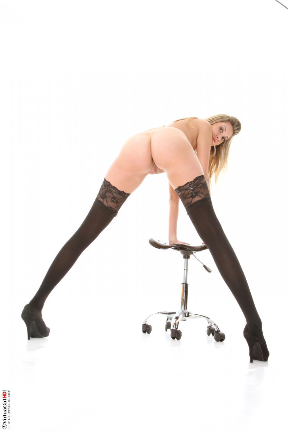Сексуальная блондинка Holly Anderson показывает, как широко она умеет расставлять ноги в чулочках
