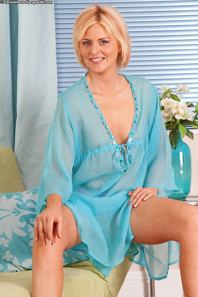 Сексуальная зрелая блондинка со стройной фигурой - Rebecca Anilos, снимает свое голубое белье