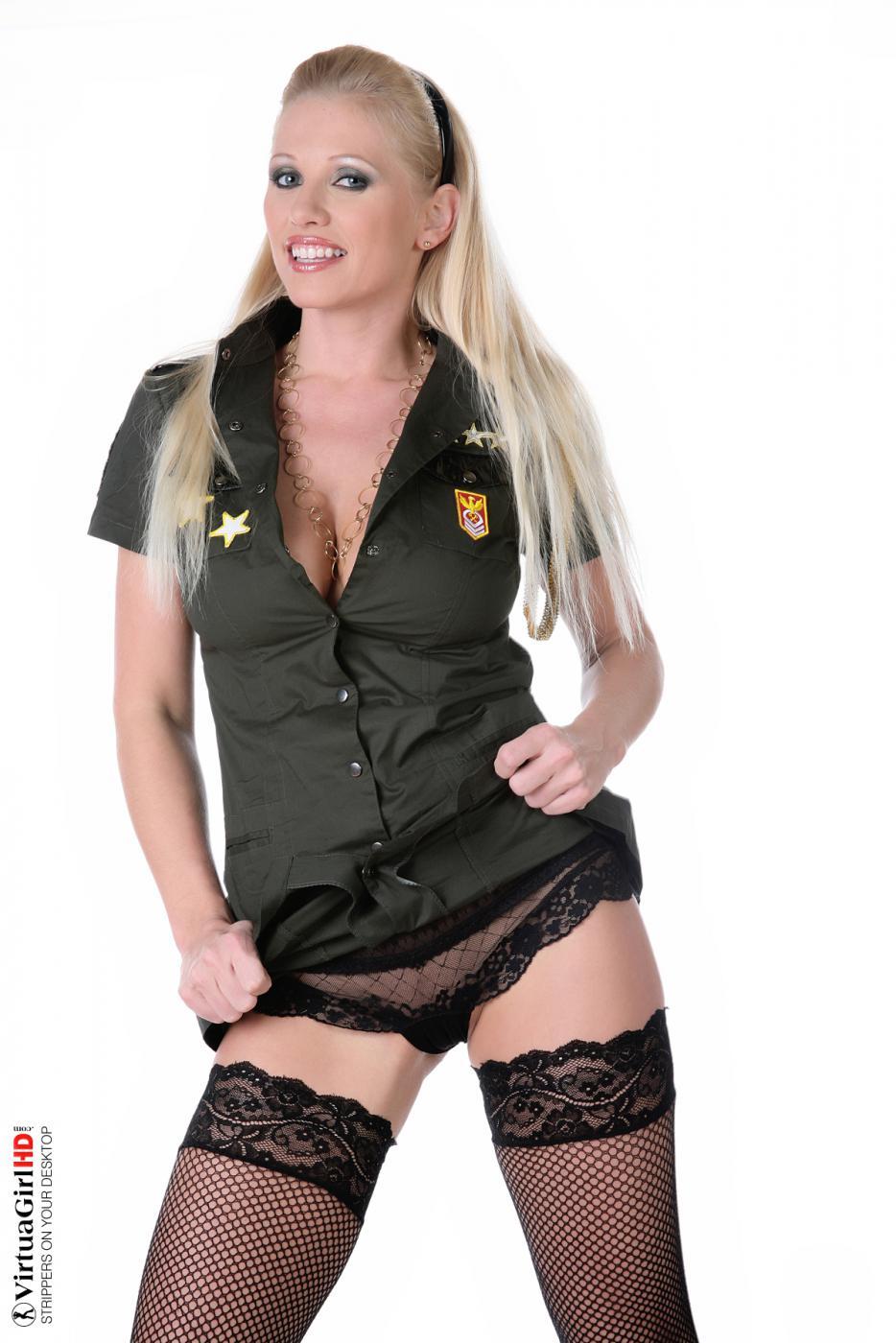 Зрелая блондинка Nikita Valentin показывает сиськи и голую киску