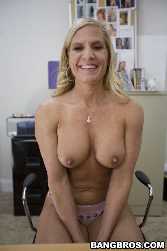 Грудастая мамочка Amberi Irons дает трахнуть свою киску и принимает сперму на личико