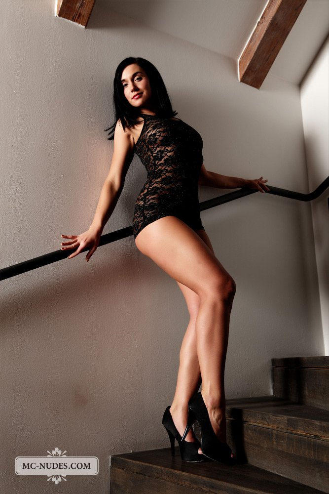 Брюнетка Kety Pearl - большая извращенка, иначе бы она не показала свою киску на лестнице