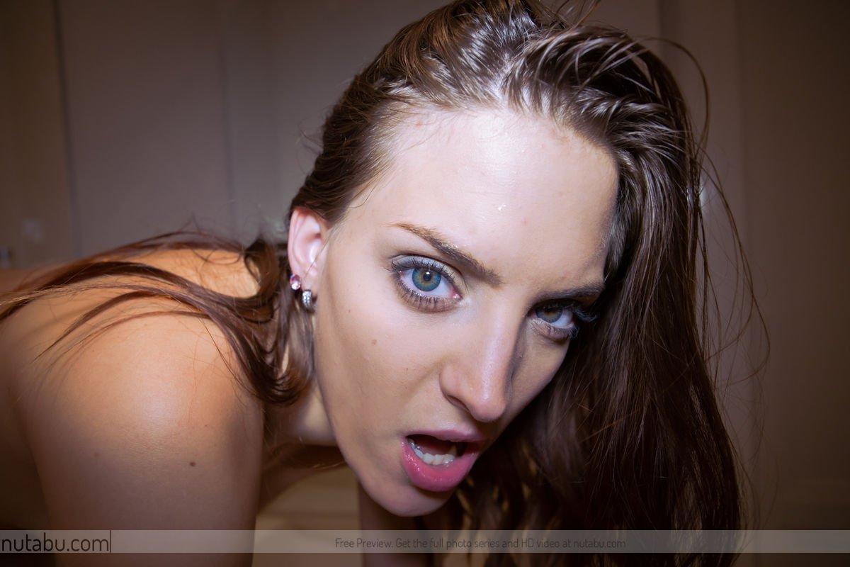 Брюнетка Lyen Parker моет свое тело и мастурбирует игрушкой
