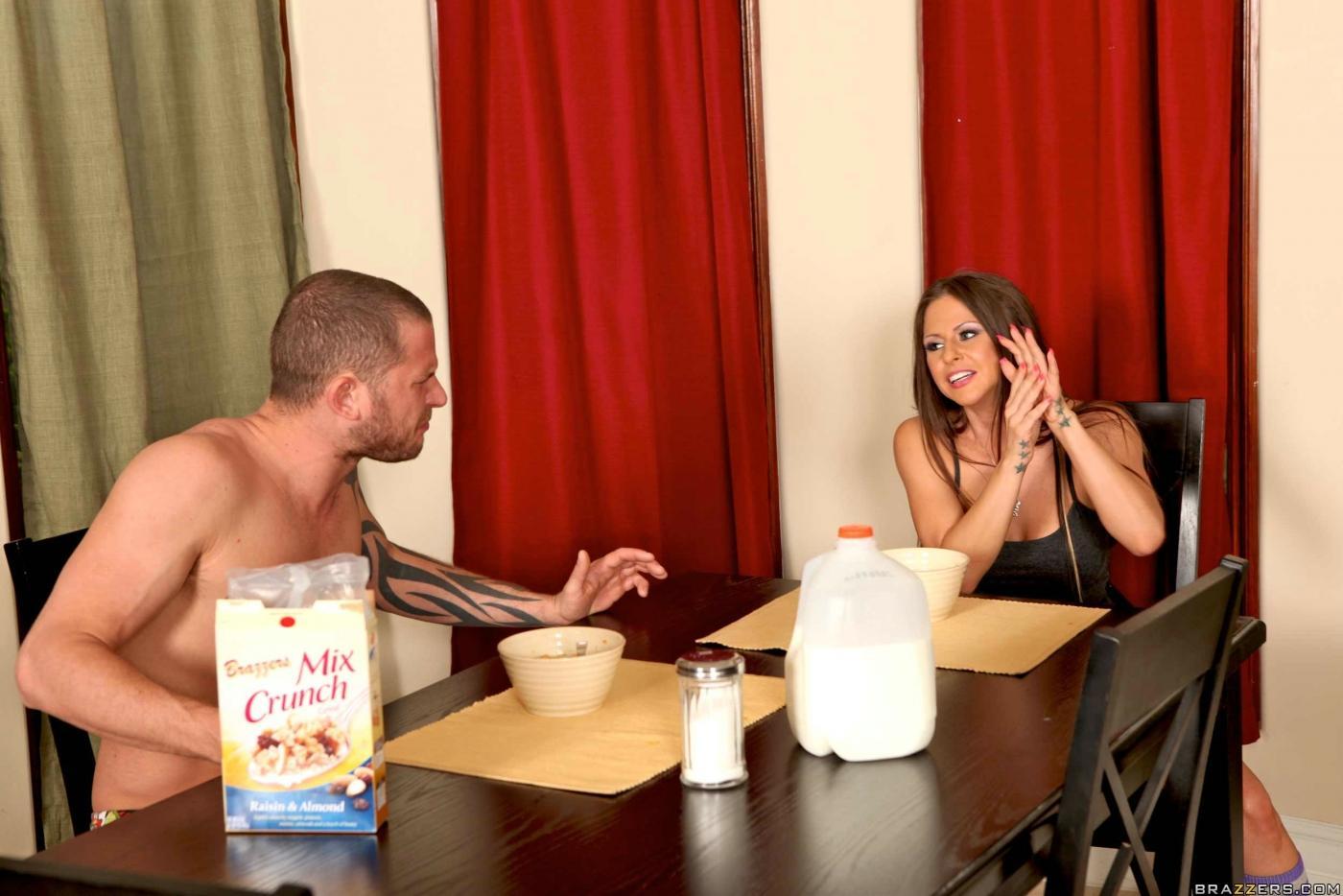 Брюнетка Rachel RoXXX в сексуальных трусиках, принимает большой член в рот и в киску