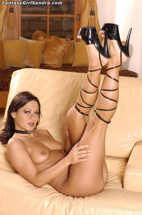 Брюнетка Sandra Romain с сексуальными ножками, показывает киску