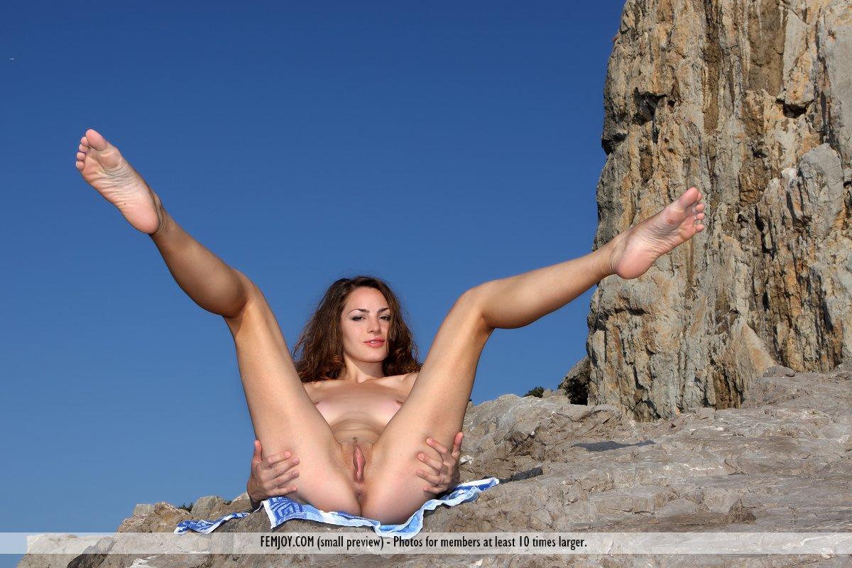 Брюнетка Tory D показывает красивое обнаженное тело на свежем воздухе