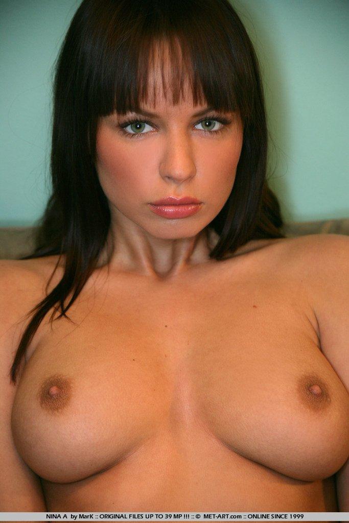 Длинноногая брюнетка на шпильках Samantha Star показала свою выбритую гламурную киску