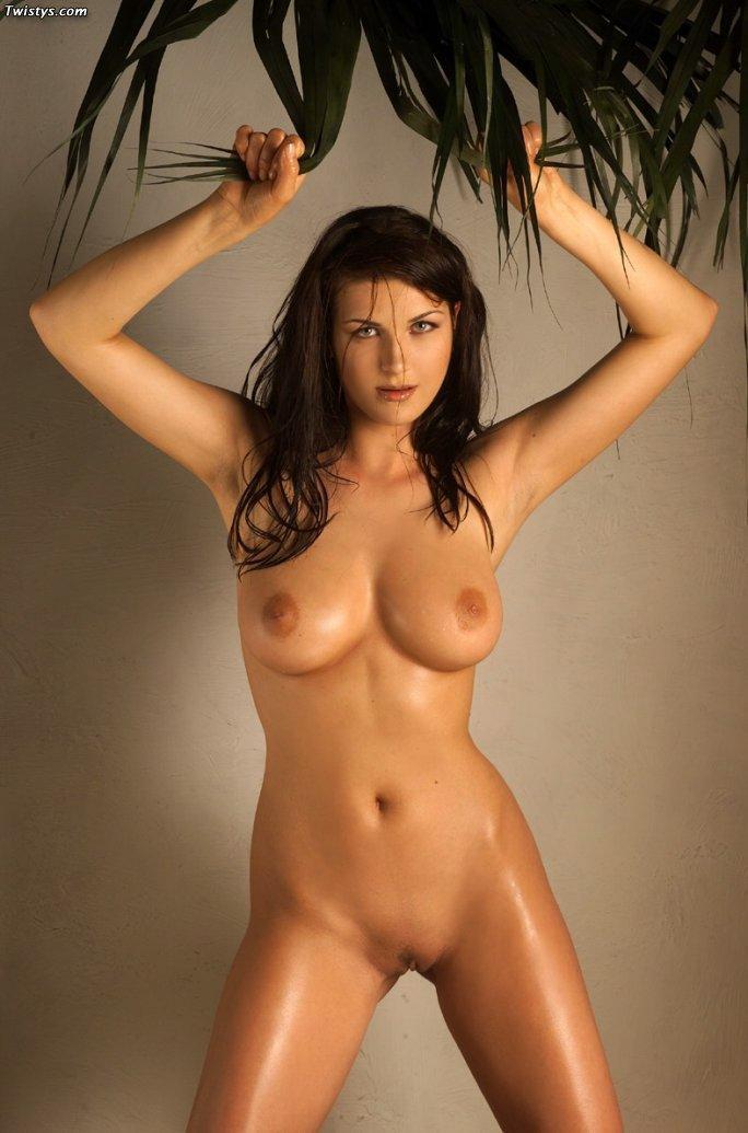 Горячая брюнетка Telsa соблазнительно позирует обнаженной и показывает свою полную грудь и длинные изящные ноги
