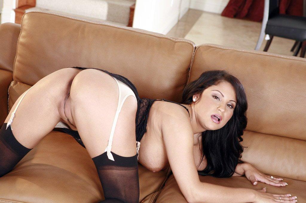 Грудастая мамочка-брюнетка в черном кружевном белье Sophia Lomeli дает трахнуть свою стриженную киску