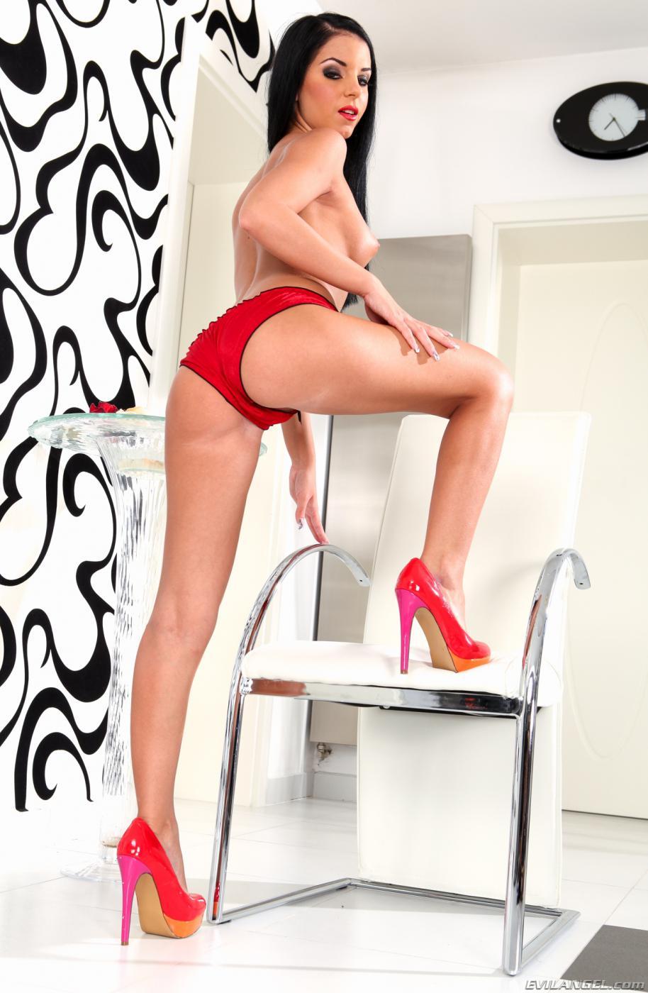 Экстравагантная брюнетка Jessyka Swan позирует в красном белье и снимает его, чтобы показать свою бритую киску