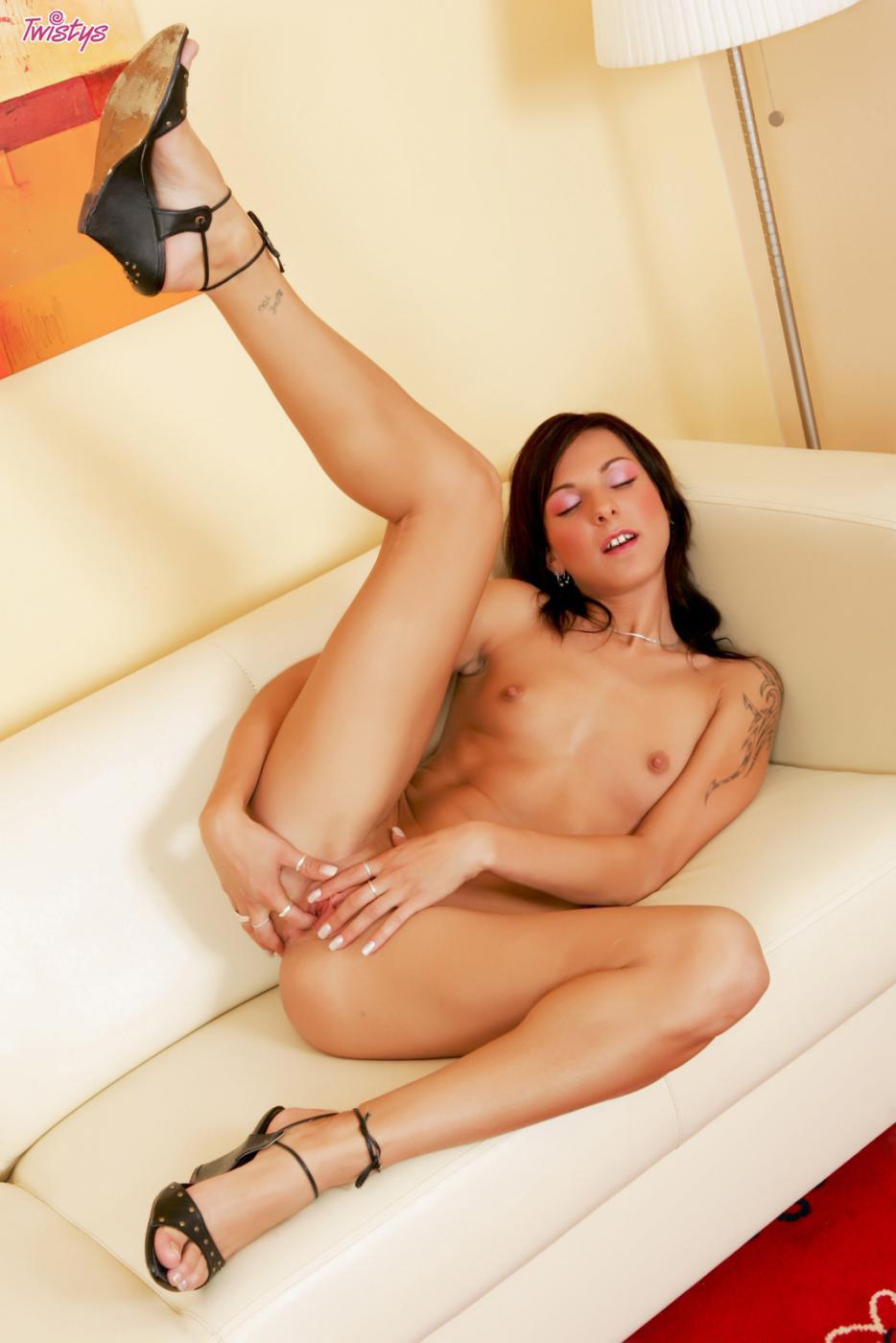 Привлекательная брюнетка Veronika H раздевается, затем удовлетворяет свою киску и попу при помощи дилдо