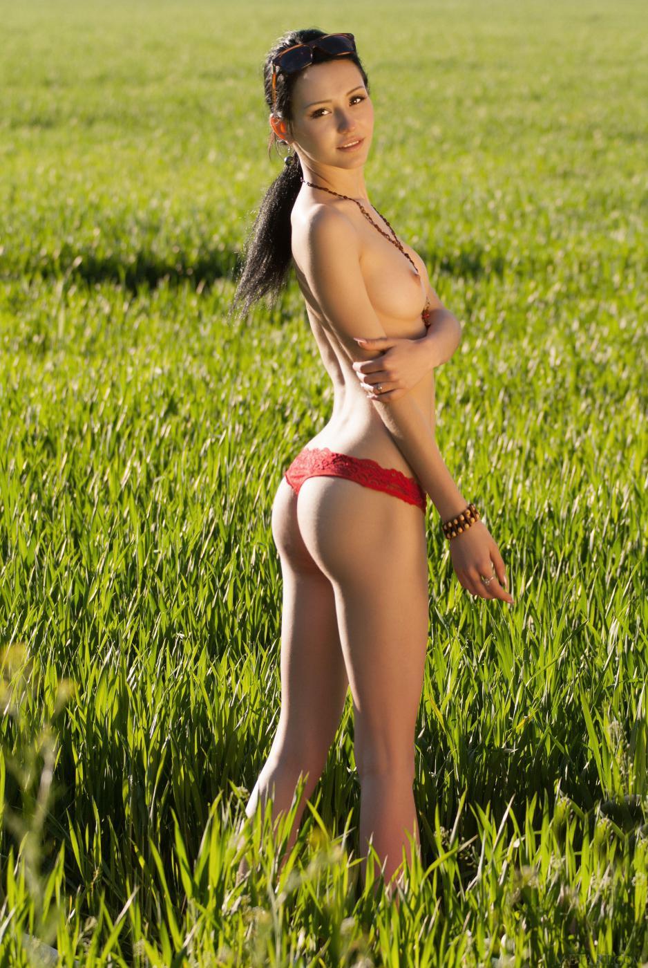 Стройная брюнетка Eleonora B раздевается и поливает водой свое соблазнительное голое тело