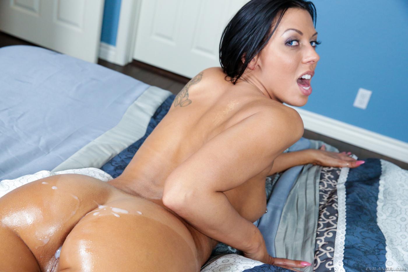Завораживающая и грудастая брюнетка Rachel Starr дает огромному члену трахнуть свою киску
