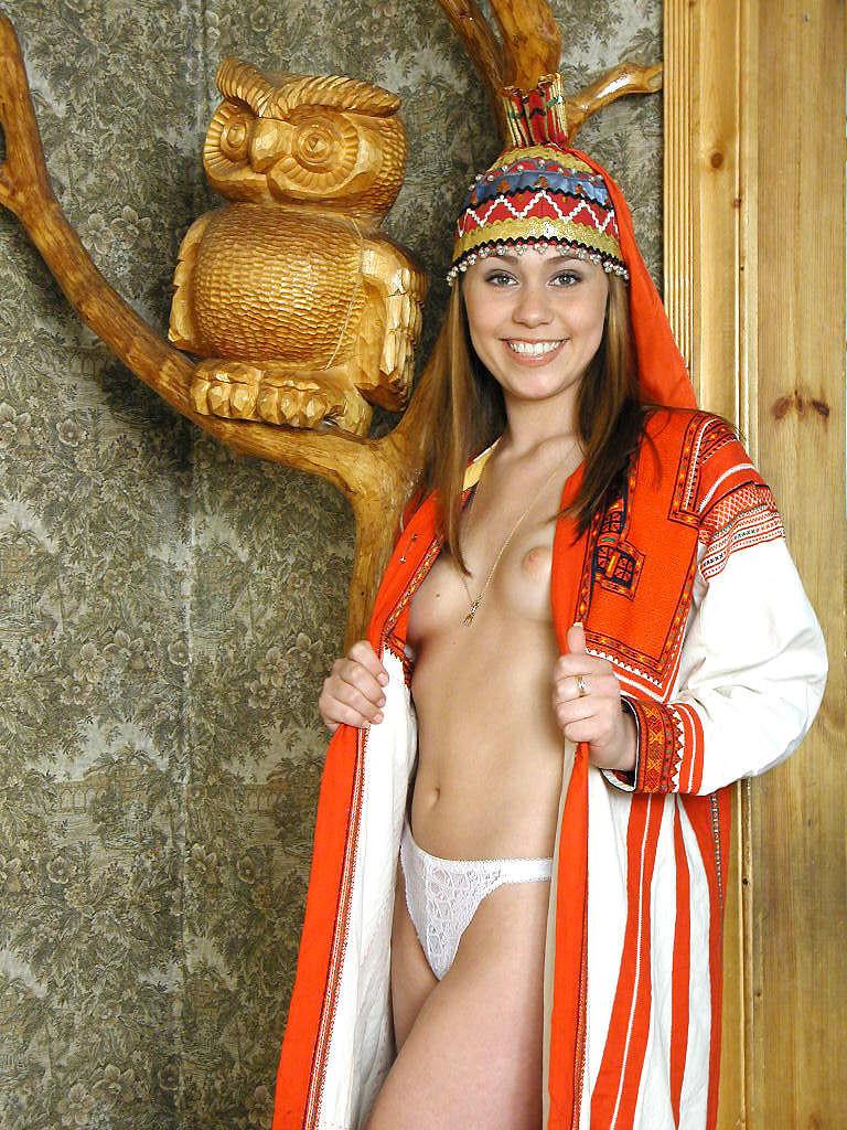 Молодая швейцарка с волосатой пиздой сосет хуй в национальном костюме