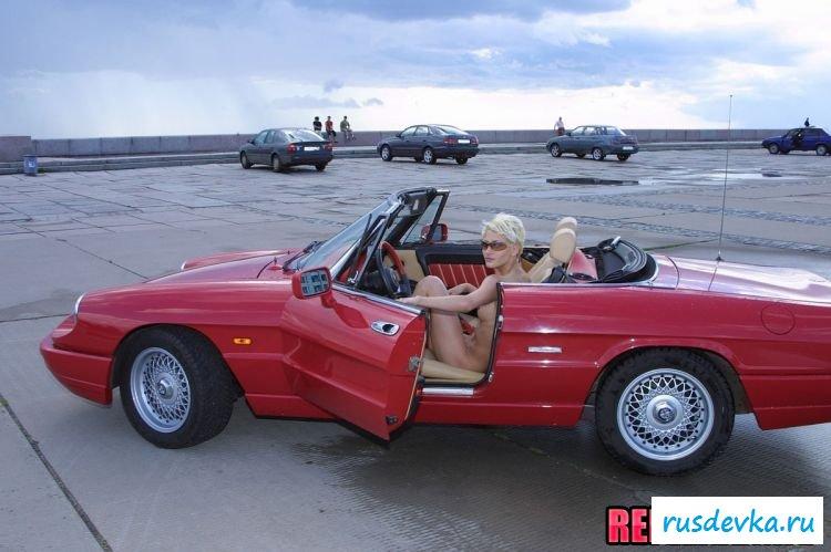 Длинноногая пассия с красным кабриолетом