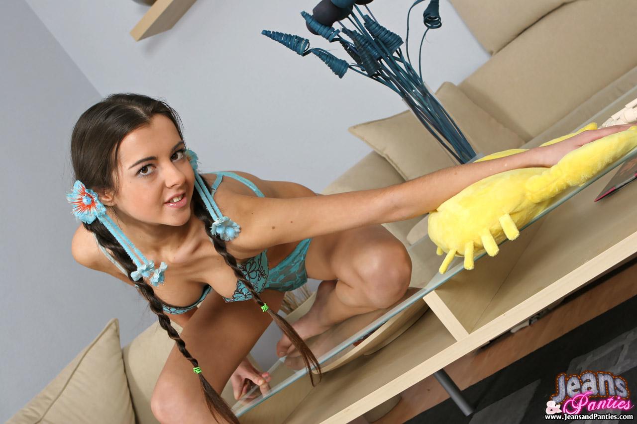 Молодая домработница с косичками извращается перед хозяином