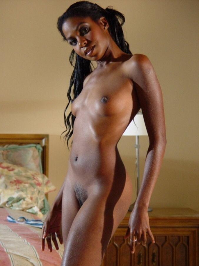 Худая длинноногая негритянка показывает розовую дырочку