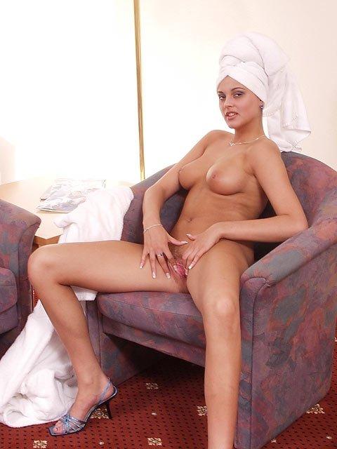 Безумно красивая индийская модель распахнула халат после душа