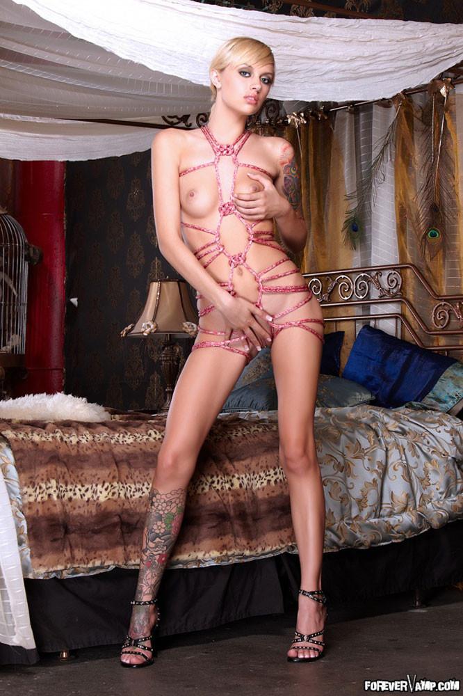 Очень красивая голая блондинка с татуировками