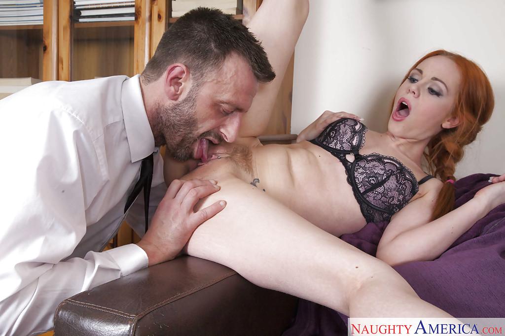 Ella Hughes заглатывает член чувака и принимает сперму на лицо