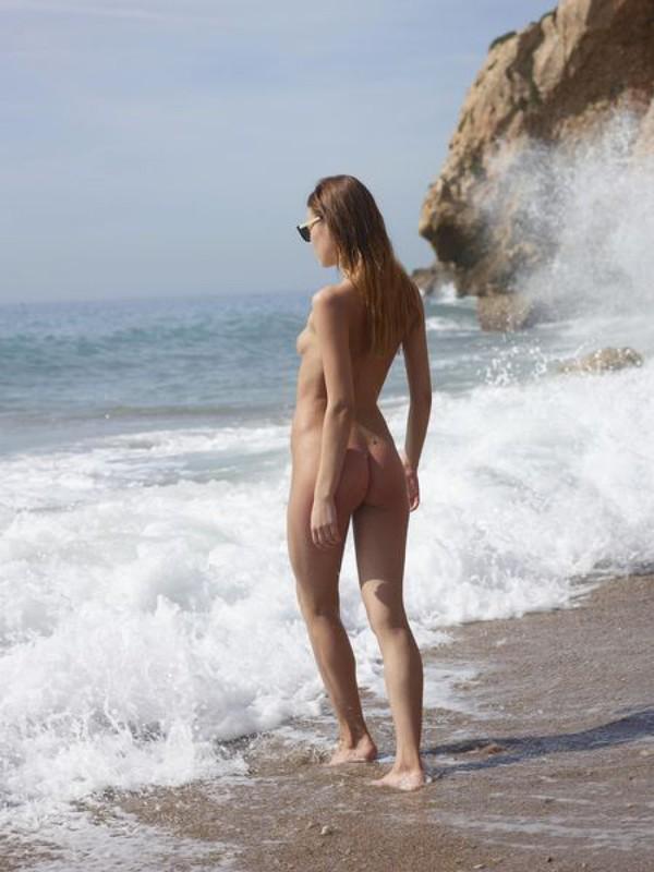 Подруга оголяет булки на природе у моря