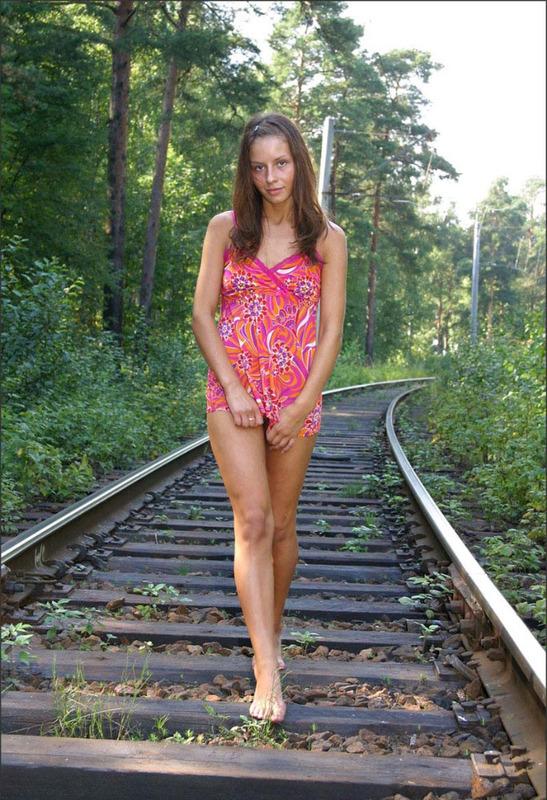 Русская студентка сняла розовое платье на путях железной дороги