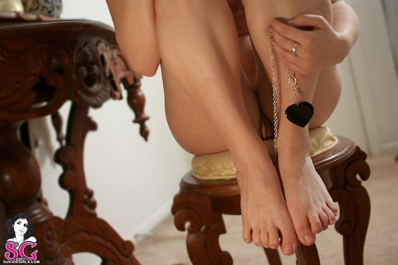 Рыжеволосая бестия в очках показывает татуированное тело