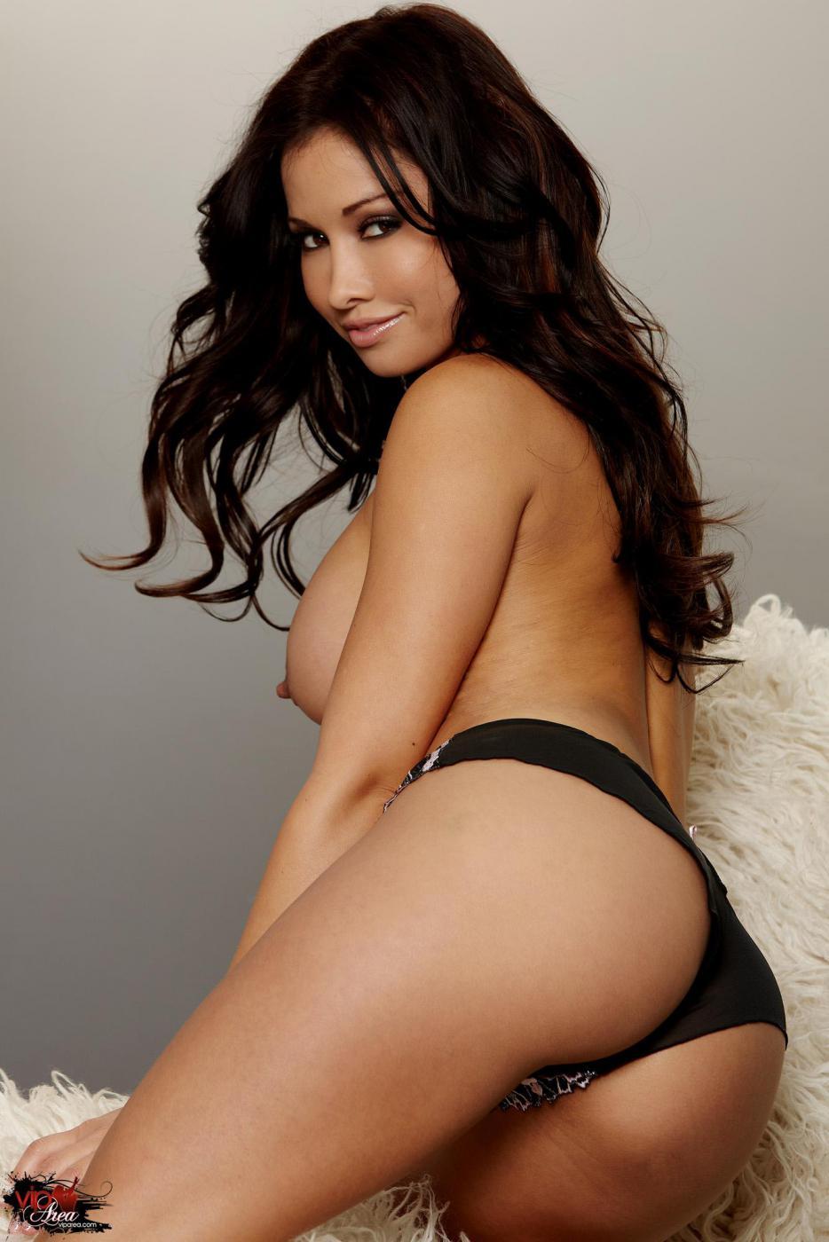 Невероятно красивая латина Lana Lopez позирует и трахает пальчиками свою узкую дырочку