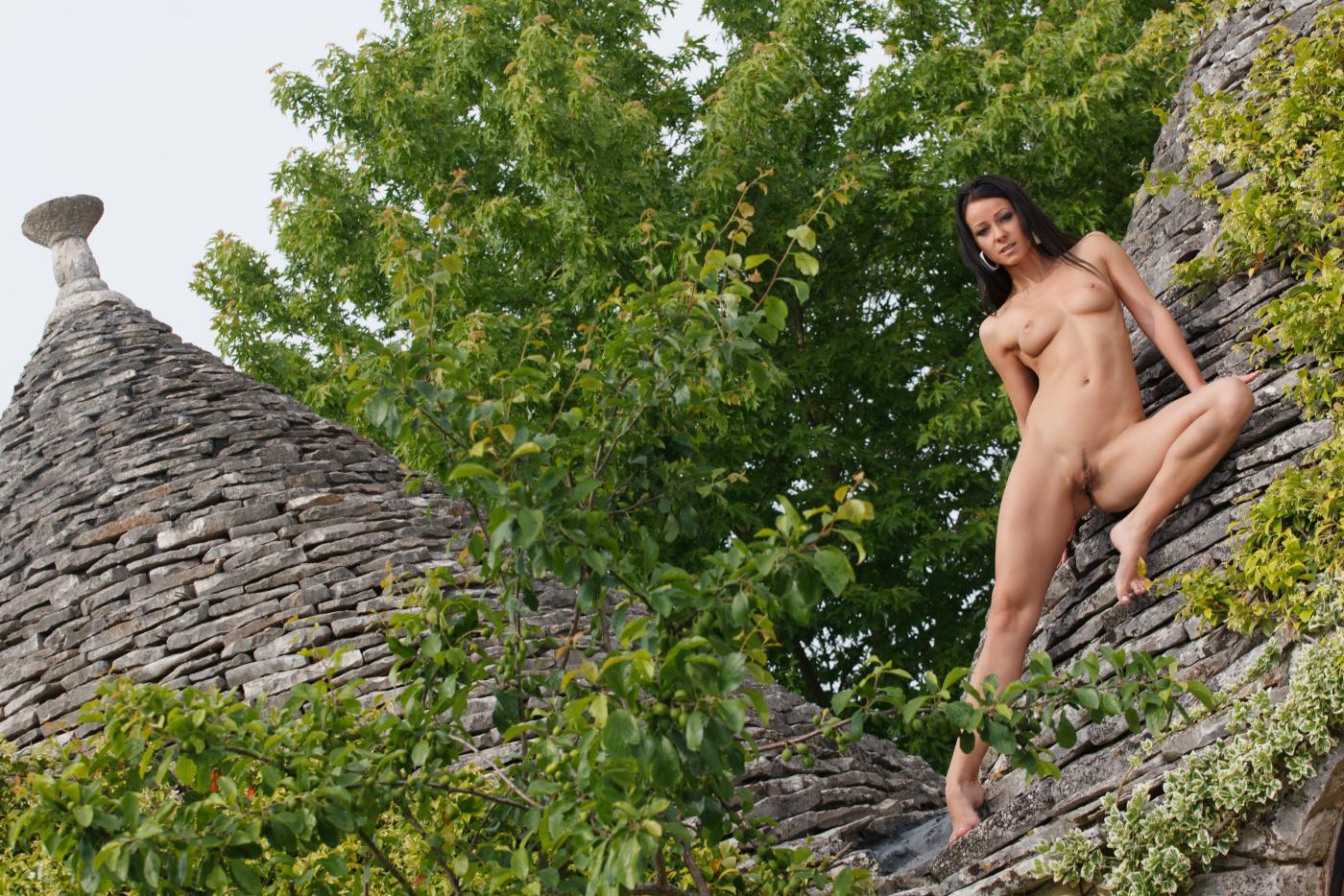 Беззастенчивая темноволосая модель Melissa Mendiny круто обнажилась на улице в эротической сессии