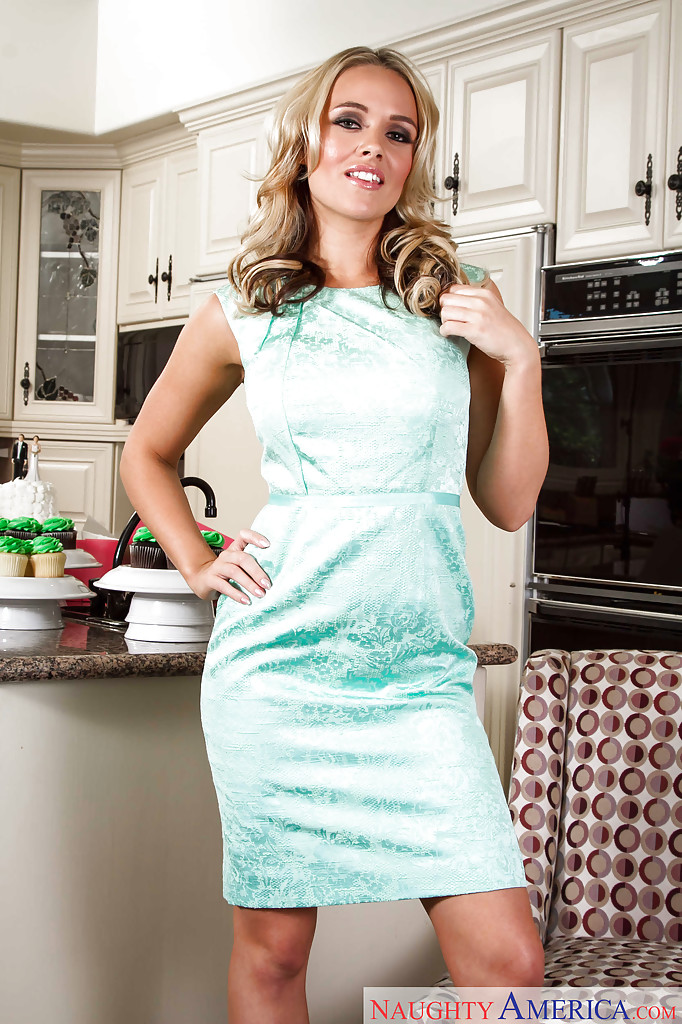 Alexis Monroe раздевается и садится на кухонное кресло голая