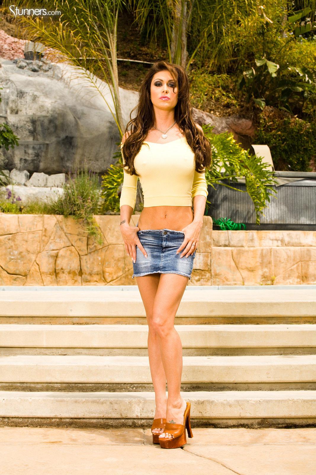 Высокого роста Jessica Jaymes в джинсовой мини-юбке показывает свои самые длинные ножки и самую округлую грудь на улице