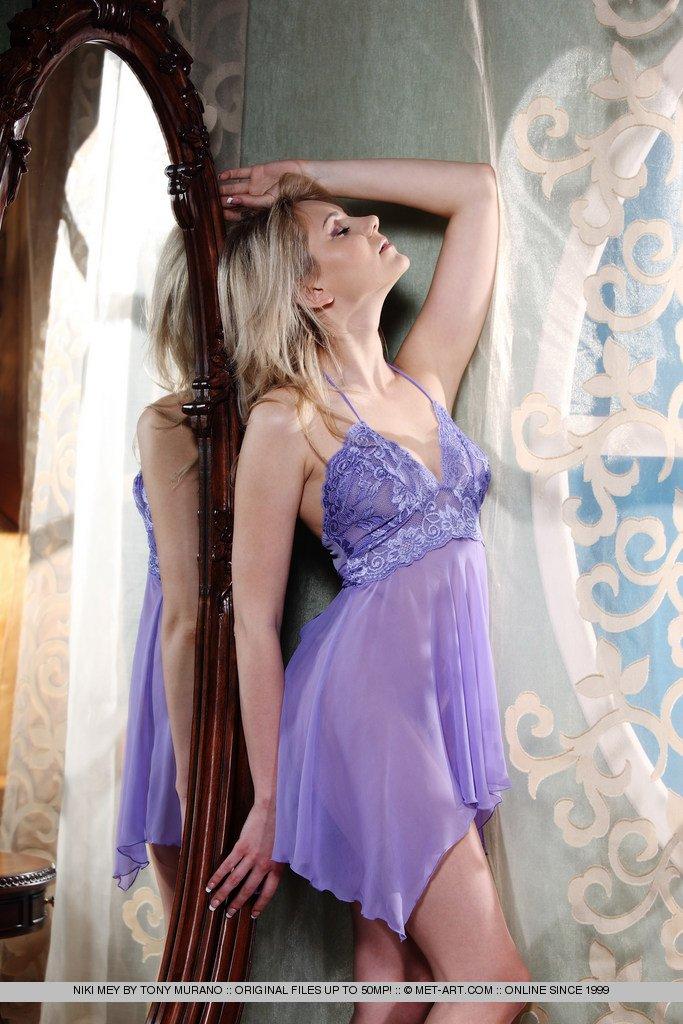 Длинноногая молоденькая европейская сучка Niki Mey без стыда демонстрирует свою красивую киску