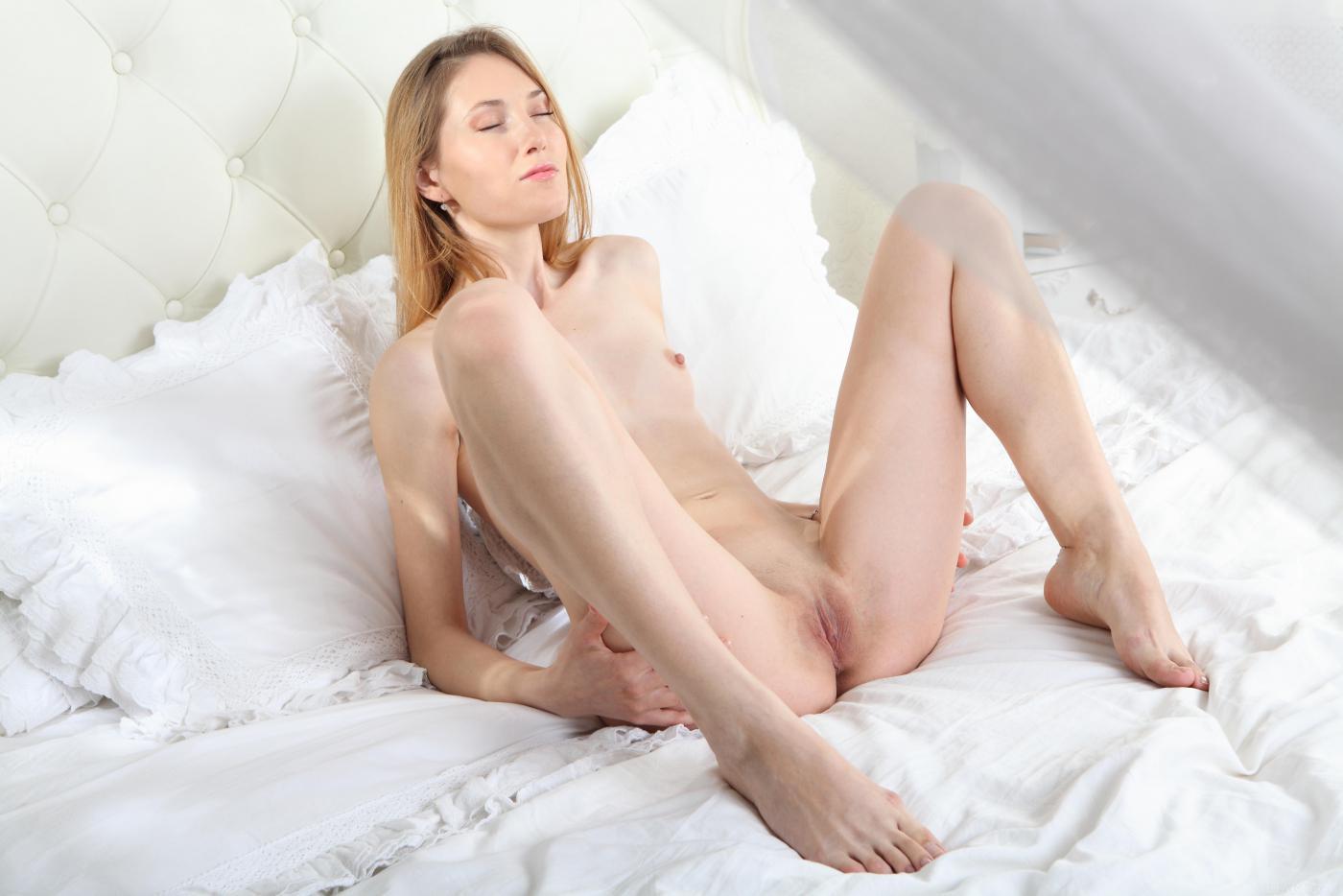 Игривая Mia Reese разводит ноги и показывает текущие дырки
