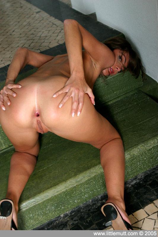 Худая брюнетка Marsha Littlemutt раздвигает свои стройные ножки после того как снимает свое черное белье