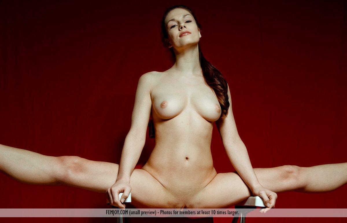 Возбужденная мамочка-брюнетка Edessa Femjoy раздвигает ножки, показывая классную бритую киску