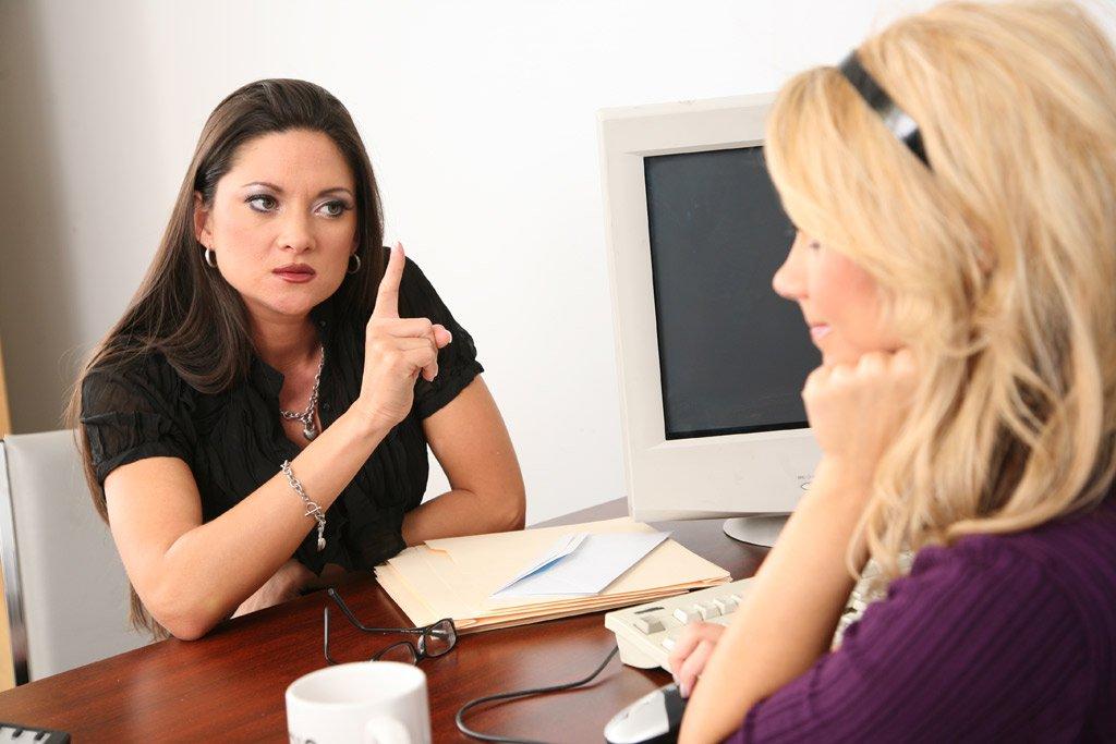 Сексуальные лесбиянки Ashlynn Brooke с подругой трахаются друг с другом самотыком в офисе
