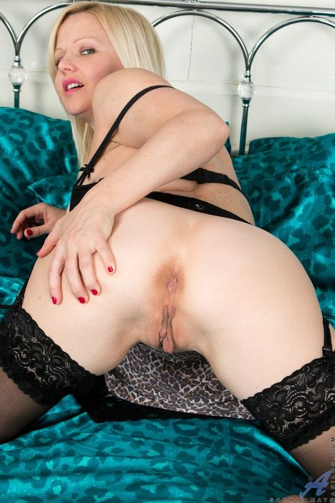 Сексуальная блондинка с толстыми ляжками показывает свою губастую пизду